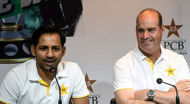 Pakistani cricket captain Sarfraz Ahmed (L) speaks to media next to South African coach Mickey Arthur during a press conference in Lahore on April 22, 2019. - Pakistan captain Sarfraz Ahmed said on April 22 that being underdogs in next month's World Cup eases the pressure on his young team, which leaves for England early April 23. (Photo by ARIF ALI / AFP)